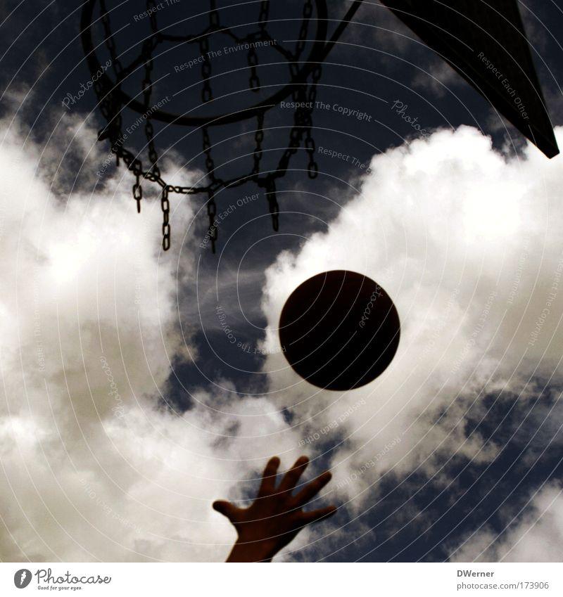 Korbball Himmel blau Hand Wolken dunkel Sport Spielen grau fliegen Freizeit & Hobby Erfolg Geschwindigkeit rund Ball Konzentration drehen