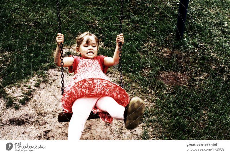 Flugversuch Mensch Kind Natur grün rot Mädchen Sommer Wiese Glück lustig Kindheit Zufriedenheit wild frei außergewöhnlich authentisch