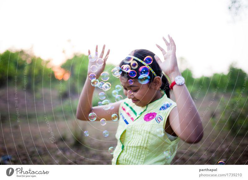 Jugendliche, die Spaß mit Luftblasen macht Lifestyle Freude feminin 1 Mensch 8-13 Jahre Kind Kindheit Umwelt Natur Sonne Lächeln lachen blau mehrfarbig gelb
