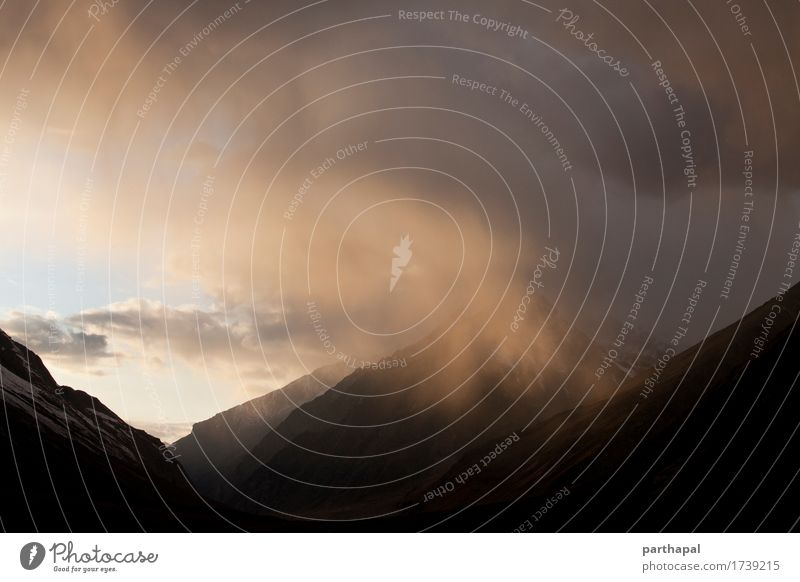 Bergblick bei Sonnenuntergang Umwelt Natur Landschaft Erde Luft Himmel Wolken Sonnenlicht Wetter Wind Berge u. Gebirge Himalaya exotisch mehrfarbig gelb gold
