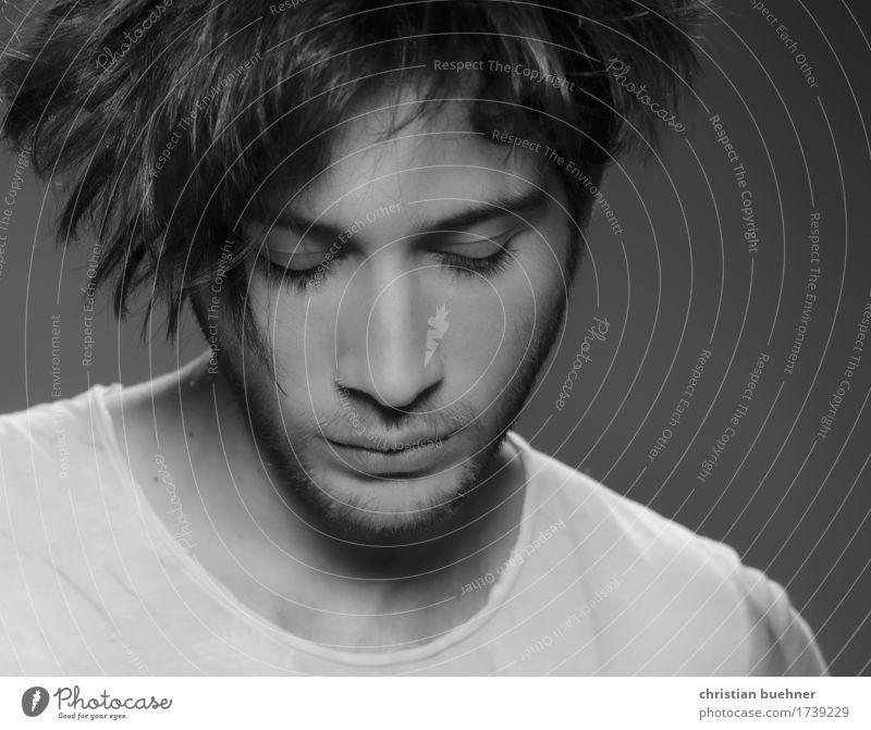 down to earth Junger Mann Jugendliche 1 Mensch 18-30 Jahre Erwachsene hören Blick Güte träumen Traurigkeit Liebeskummer Schmerz Einsamkeit Krise Sinnesorgane