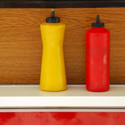 Gelb und Rot Außenaufnahme Nahaufnahme Detailaufnahme Menschenleer Lebensmittel Ernährung Mittagessen Abendessen Fastfood Flasche Küche Jahrmarkt gelb rot