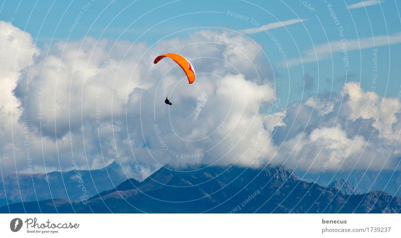 aufwind Freizeit & Hobby Fallschirmspringer Abenteuer Berge u. Gebirge 1 Mensch Wolken Sommer Schönes Wetter Alpen fliegen hängen frei blau orange Tapferkeit