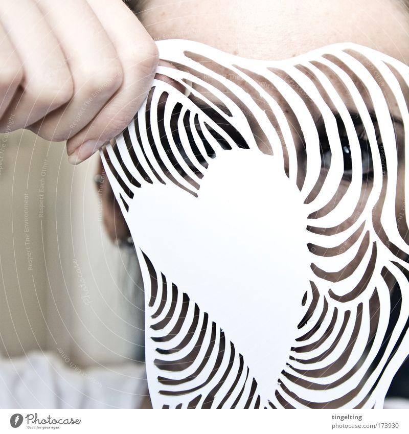 (w)irrungen weiß Hand Einsamkeit Auge feminin Kopf Linie Haut Herz Finger Papier Glaube nah Wunsch Maske Erwartung