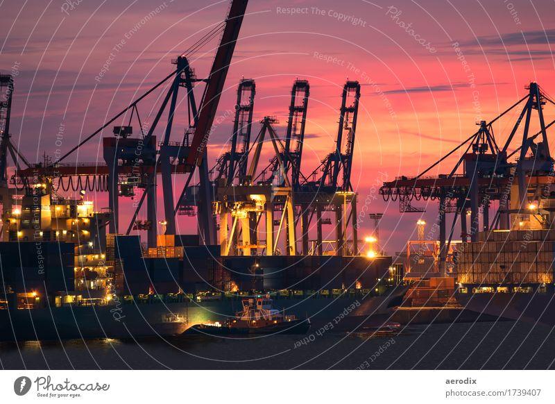 leuchtend roter Abendhimmel mit Schiffswerft und Kränen Städtereise Hambiurg Deutschland Europa Hauptstadt Hafenstadt Schifffahrt Kreuzfahrt Passagierschiff
