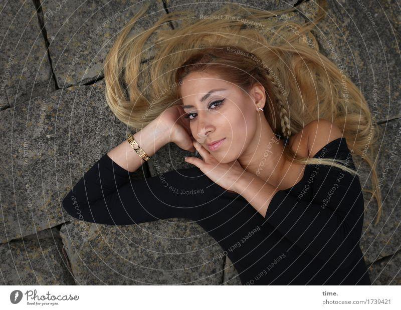 . feminin 1 Mensch T-Shirt Schmuck Ohrringe Armreif Haare & Frisuren blond langhaarig Zopf Stein beobachten Erholung Lächeln liegen Blick schön Wärme wild weich