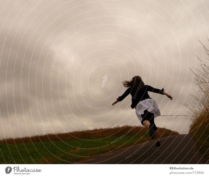 Lass uns abhauen. Mensch Jugendliche Freude Wolken Einsamkeit Straße feminin Bewegung Freiheit Landschaft Stimmung Angst Erwachsene laufen rennen Abenteuer