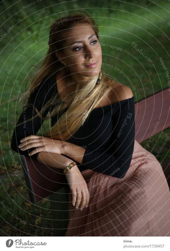. feminin Frau Erwachsene 1 Mensch Park Bank T-Shirt Rock Schmuck blond langhaarig Erholung genießen Blick sitzen warten schön Zufriedenheit Lebensfreude