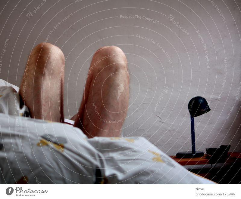 Aufwachen nach kurzer Nacht ... Mann Lampe maskulin schlafen Bett Müdigkeit anstrengen parallel Knie Bettdecke