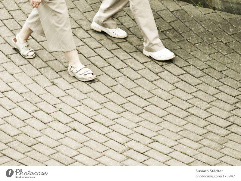 gemeinsam alt werden Mensch Frau Mann Erwachsene Bewegung Beine Paar Fuß Zusammensein gehen Zufriedenheit Schuhe Platz schreiten berühren