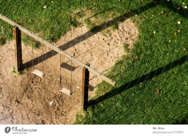 T/T/ Außenaufnahme Freizeit & Hobby Spielen Schönes Wetter Gras Garten Menschenleer Park schaukeln Perspektive Schaukel Spielplatz Kinderspiel Sommer Sand