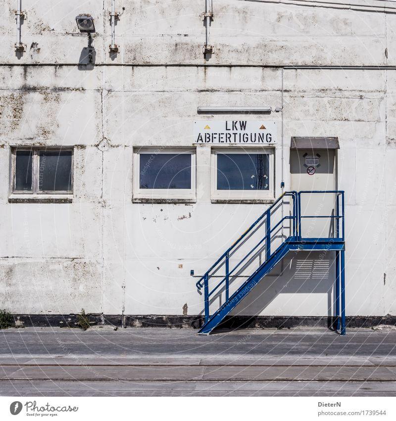 Abfertigung Stadtrand Menschenleer Industrieanlage Bauwerk Gebäude Mauer Wand Treppe Fenster Tür blau schwarz weiß Speicher Gleise Lagerhalle Fassade Lampe