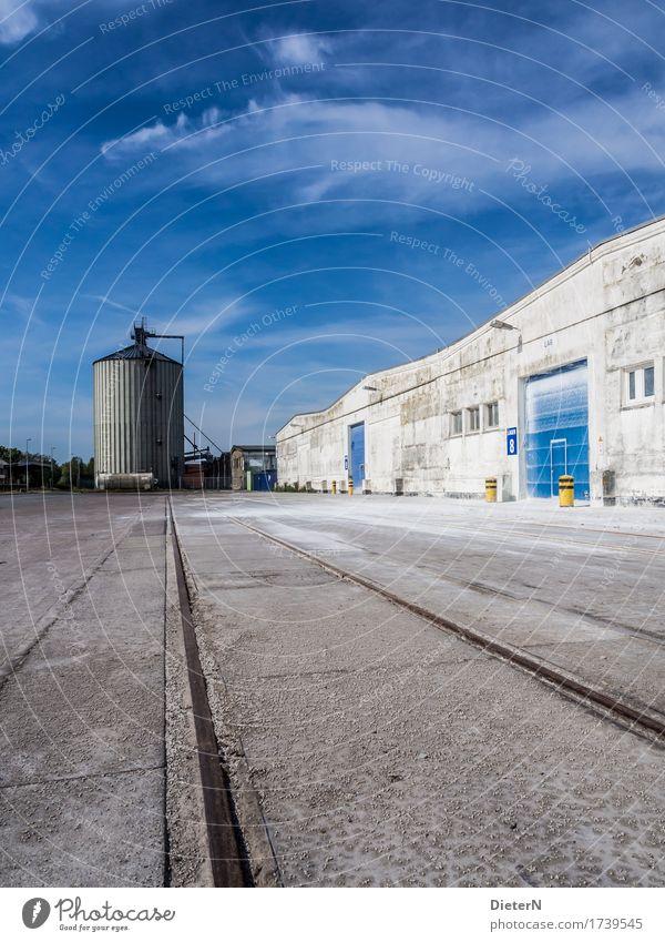 Silo Stadtrand Menschenleer Industrieanlage Bauwerk Gebäude Architektur Mauer Wand Fassade blau schwarz weiß Gleise Beton Himmel Wolken Speicher Farbfoto
