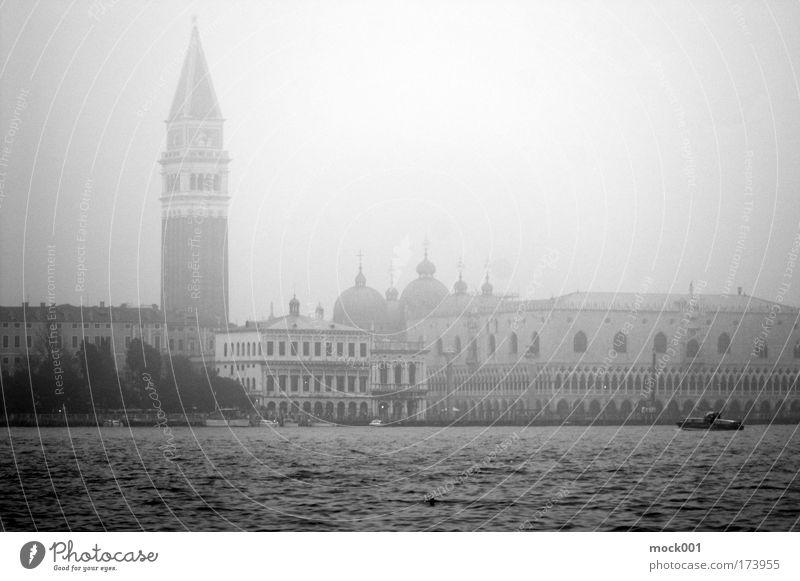 Venedig im Winter II - Der Campanile Schwarzweißfoto Außenaufnahme Licht Schatten Kontrast Zentralperspektive Sightseeing Städtereise Kreuzfahrt Italien Europa