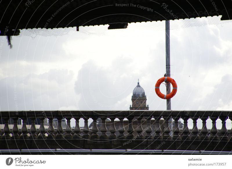 Rette sich, wer kann! Farbfoto Außenaufnahme Menschenleer Tag Kontrast Gegenlicht Glasgow Großbritannien Schottland Brücke Gebäude Dach Kuppeldach