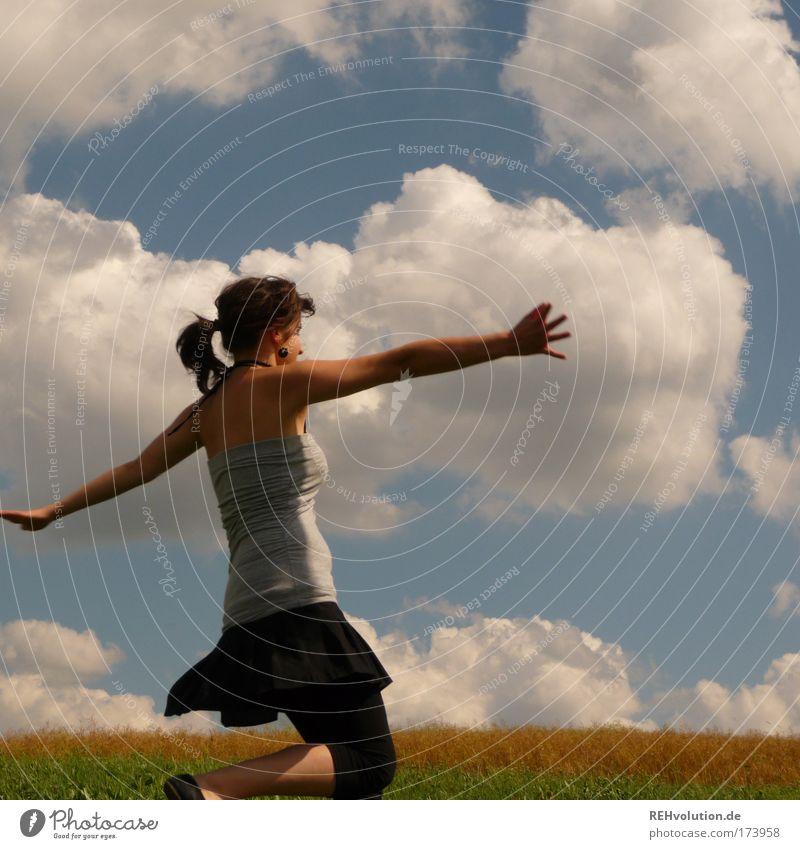 Ich werde getanzt! Farbfoto Außenaufnahme Oberkörper feminin Junge Frau Jugendliche 1 Mensch 18-30 Jahre Erwachsene Himmel Wolken Wiese Rock Zopf Bewegung