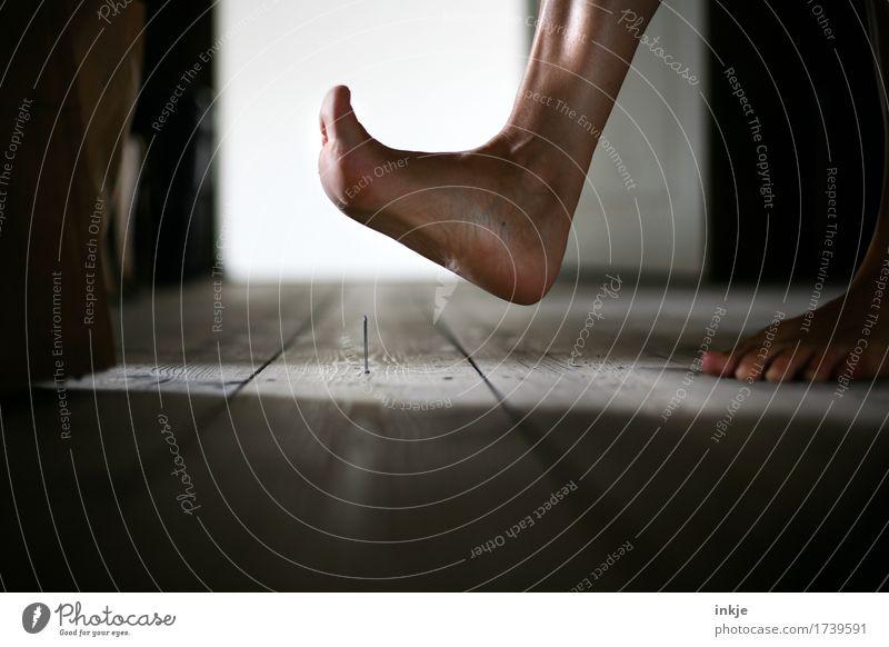der letzte Schrei Häusliches Leben Dachboden Dielenboden Holzfußboden Frau Erwachsene Fuß Frauenfuß 1 Mensch Nagel gehen bedrohlich Spitze Schmerz unaufmerksam