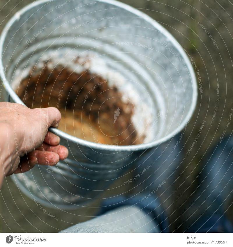 Zinkeimer Gartenarbeit Handwerk Baustelle Leben Fuß 1 Mensch Gummistiefel Eimer festhalten stehen authentisch dreckig braun grau leer tragen Farbfoto