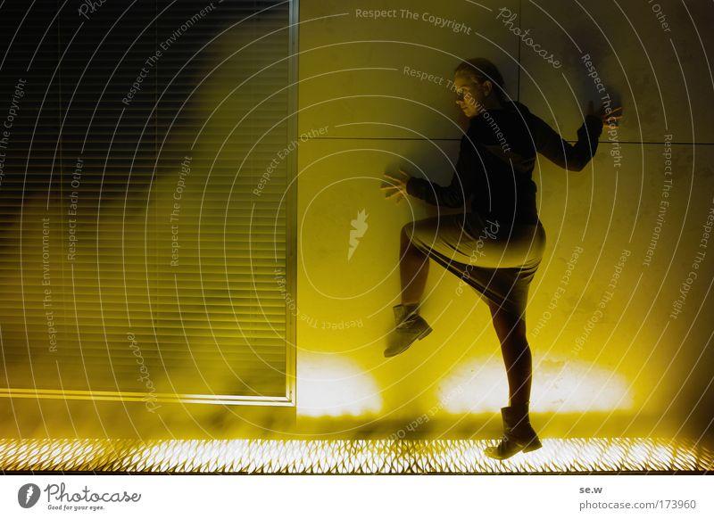 Der gelbe Schatten Farbfoto Außenaufnahme Textfreiraum links Nacht Licht Silhouette Wegsehen 1 Mensch Mauer Wand Fenster Rock Stiefel leuchten Blick stehen