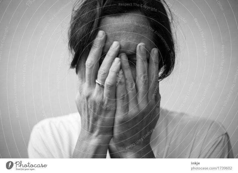 Tiefen der Krise   Kriegsenkel Mensch Frau alt Hand Gesicht Erwachsene Leben Traurigkeit Gefühle authentisch 45-60 Jahre Trauer Zukunftsangst Schmerz Stress Verzweiflung