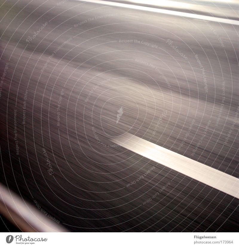 Nie schneller als der Schutzengel... Farbfoto Außenaufnahme Umwelt Verkehr Verkehrsmittel Verkehrswege Autofahren Straße Straßenkreuzung Autobahn Ausdauer