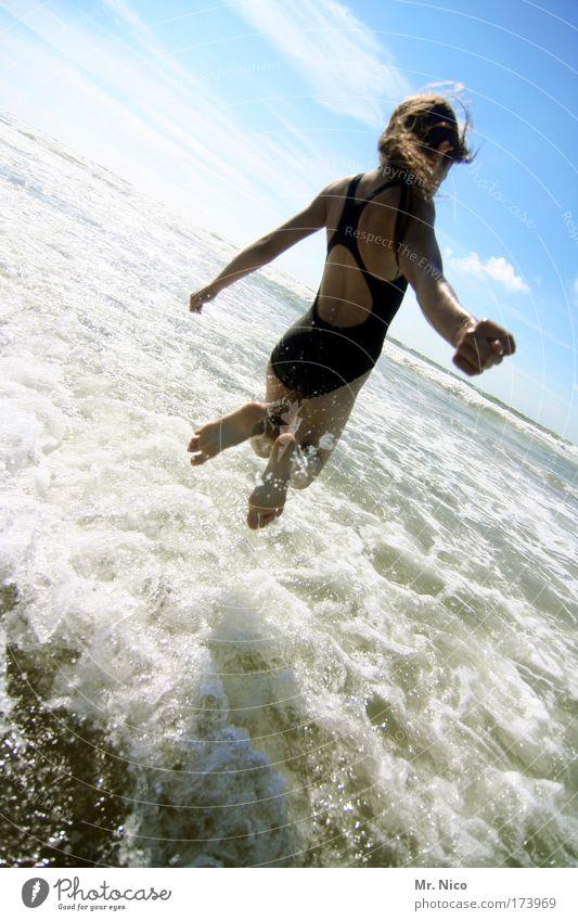 Mehr Jungfrau Natur Wasser Mädchen Sonne Meer Sommer Freude Strand Ferien & Urlaub & Reisen springen Glück Fuß Zufriedenheit Wellen Küste Arme