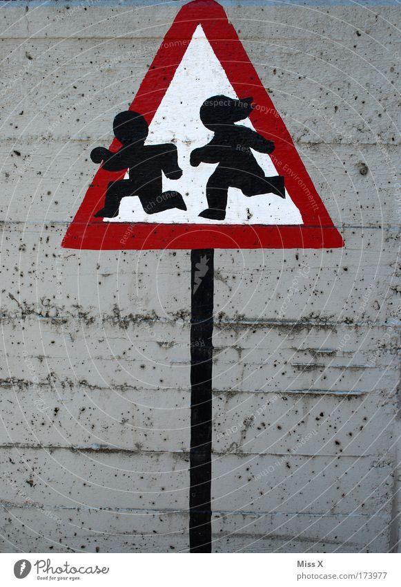 Vorsicht freilaufende Kinder ! Mensch Mädchen Junge Wand Spielen Mauer Schilder & Markierungen Sicherheit Schutz fangen Kindheit Hinweisschild Kindergarten
