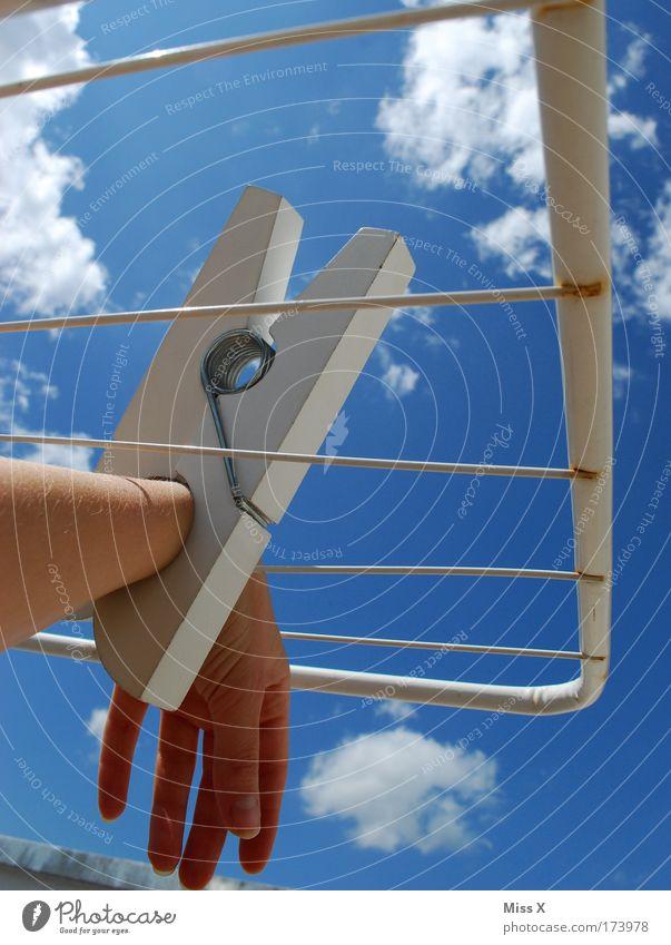 Handschellen Farbfoto Außenaufnahme Nahaufnahme Detailaufnahme Tag Sonnenlicht Froschperspektive Arme Finger 1 Mensch Himmel Sommer Schönes Wetter Bekleidung