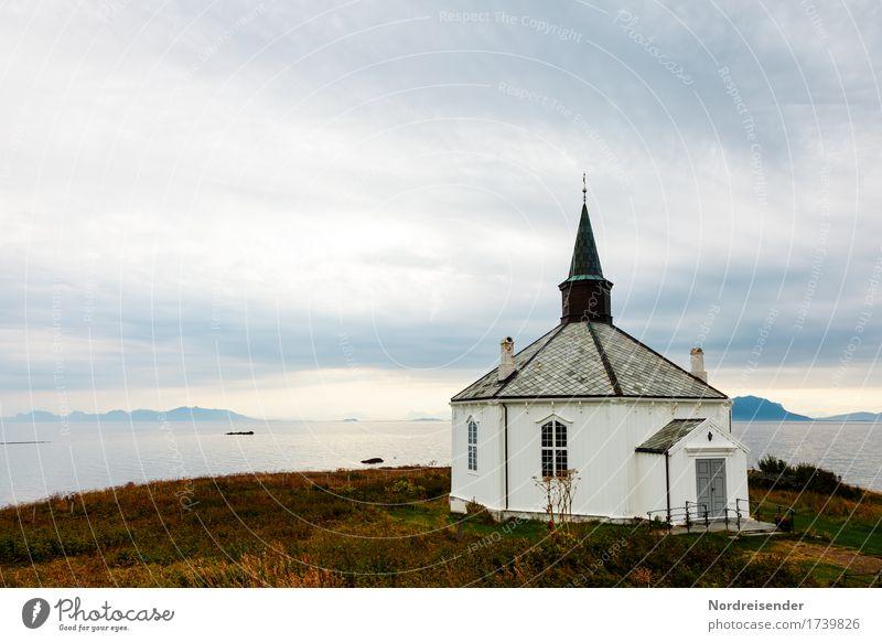Kleine Holzkirche Ferien & Urlaub & Reisen Tourismus Ferne Landschaft Wolken Gras Küste Meer Insel Dorf Fischerdorf Menschenleer Kirche Bauwerk Gebäude