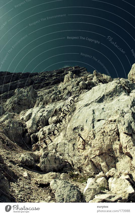 Himmelsleiter Farbfoto Außenaufnahme Textfreiraum oben Tag Kontrast Silhouette Zentralperspektive Weitwinkel Berge u. Gebirge Klettern Bergsteigen Umwelt Natur