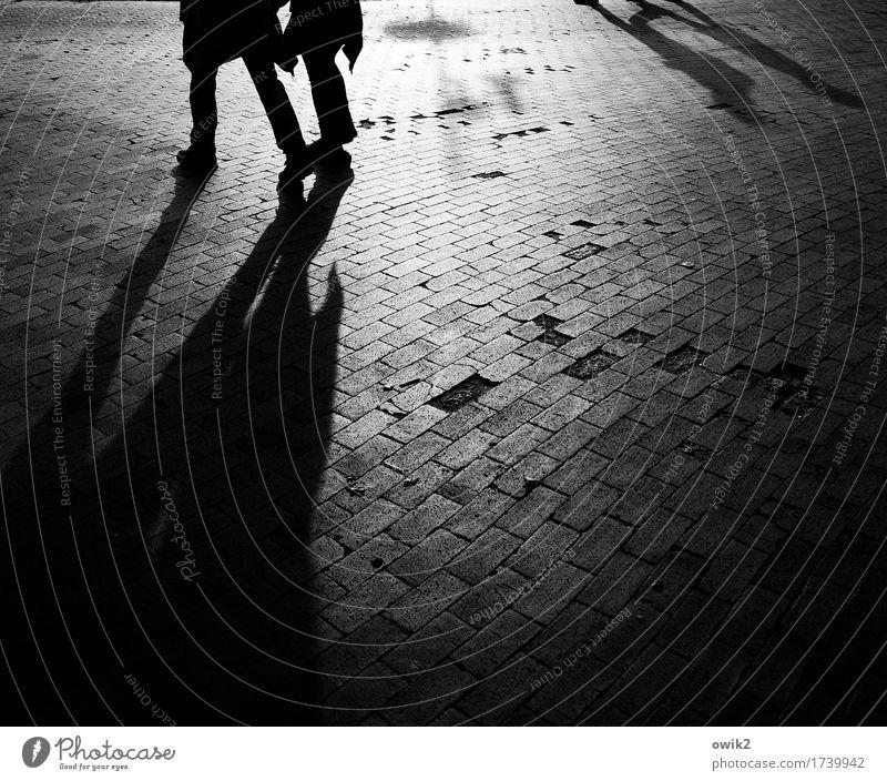 Film noir Junge Frau Jugendliche Junger Mann Beine 2 Mensch Fußgänger Fußgängerzone Platz Stein beobachten gehen laufen bedrohlich dunkel Zusammensein