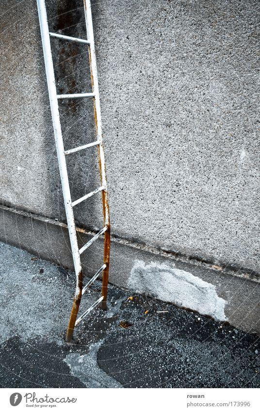 hoch hinaus Farbfoto Außenaufnahme Textfreiraum rechts Tag Leiter alt dreckig dunkel kaputt trist Leitersprosse aufsteigen Rost Wand Gebäude Bauwerk