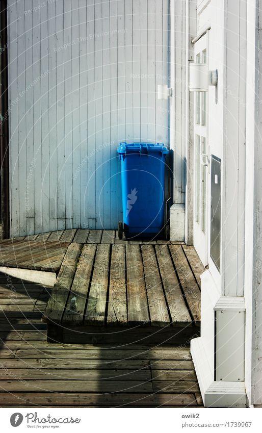 Blauer Fleck Bauwerk Seebrücke Mauer Wand Müllbehälter Holzbrett Holzwand Kunststoff leuchten stehen warten nachhaltig trist blau braun weiß Vorsicht geduldig