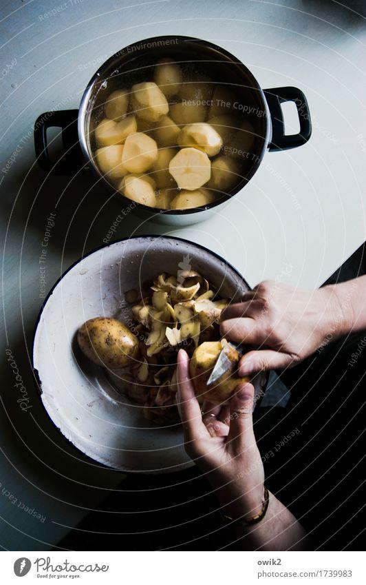 Geduldsspiel Hand Finger Frauenhand Schalen & Schüsseln Küchentisch Essen zubereiten Kartoffeln häuten Messer Topf Tragegriff Metall Kunststoff