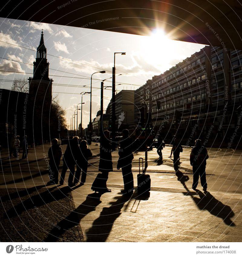 AN EINEM WINTERTAG Mensch Stadt Leben Bewegung Wege & Pfade Berlin Kirche Laterne Wahrzeichen Autofahren Stadtzentrum Berlin-Mitte Sehenswürdigkeit Hauptstadt Ampel Personenverkehr