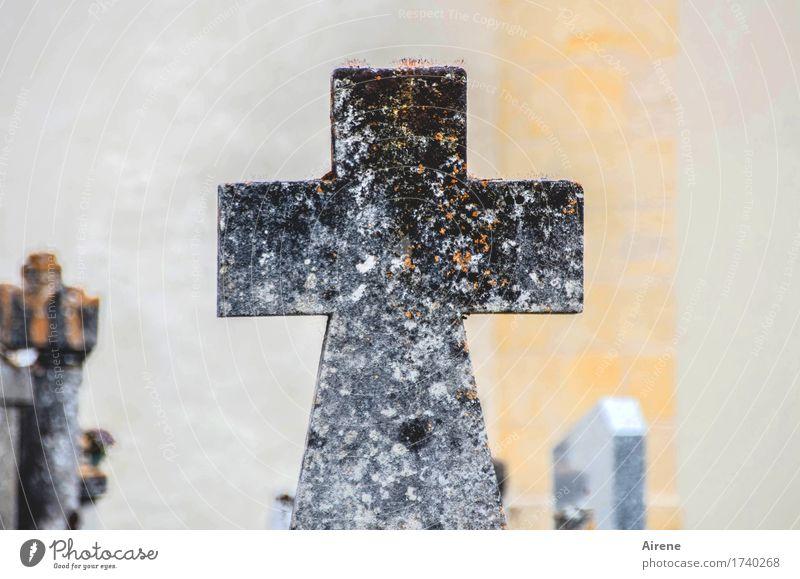 überwacht | von ganz oben Trauerfeier Beerdigung Allerheiligen Skulptur Friedhof Grabstein Grabmal Stein Kreuz alt historisch trist grau orange