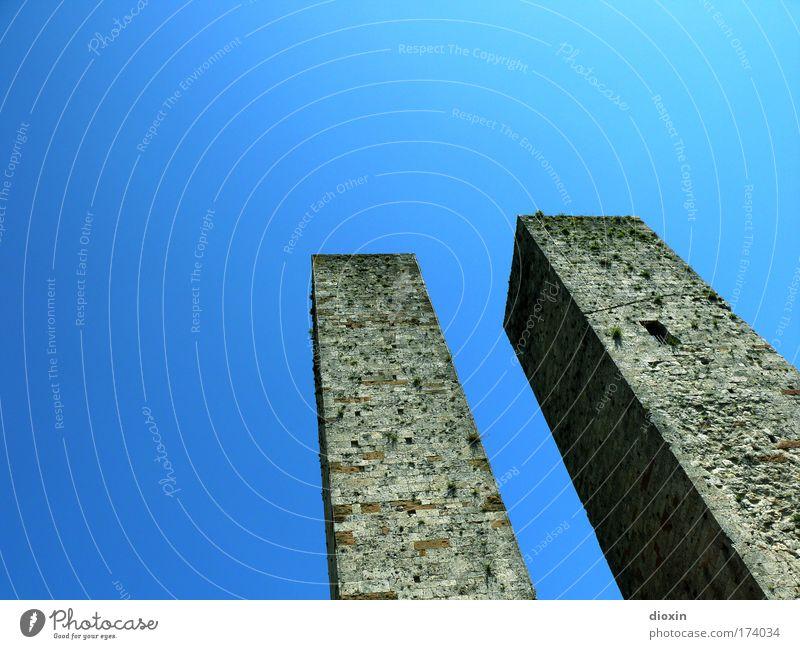 Statussymbole alt blau Ferien & Urlaub & Reisen Sommer Architektur grau hoch Tourismus Häusliches Leben Turm Schönes Wetter Dorf Burg oder Schloss eckig Wolkenloser Himmel Italien