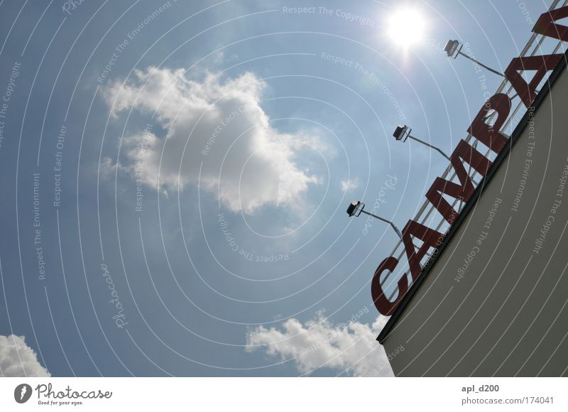 Die Farbfoto Außenaufnahme Textfreiraum links Tag Licht Schatten Gegenlicht Umwelt Himmel Wolken Weil am Rhein Stadtrand Menschenleer Haus Bauwerk Gebäude