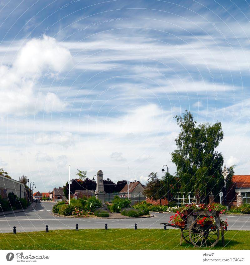 Französisches Landleben Himmel Natur Sommer Wolken Straße Wiese Landschaft Wege & Pfade Park groß Verkehr ästhetisch authentisch Romantik Dorf Denkmal