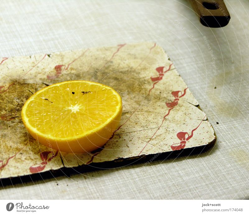 Lockvogel in der Küche gelb Gesundheit liegen Lebensmittel Frucht dreckig frisch Häusliches Leben Ernährung Sauberkeit skurril bizarr trashig Scheibe Zitrone