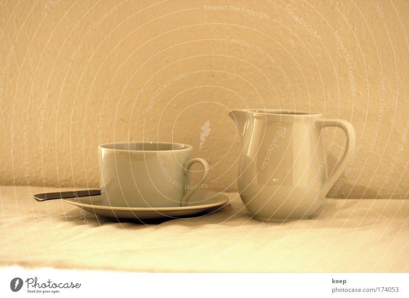 Kaffeeservice auf einen Tisch; Tasse mit Untetasse; weiß Tee Geschirr genießen Teller Besteck Espresso Löffel Geschmackssinn Bohnen Kaffeetasse Kakao