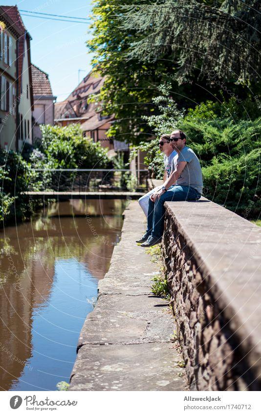 Bach watching Mensch maskulin Junger Mann Jugendliche Erwachsene Geschwister 2 18-30 Jahre 30-45 Jahre Alba Iulia Kleinstadt Stadtzentrum Haus Mauer Wand