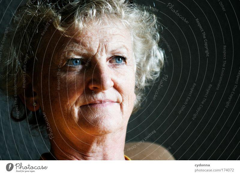 Blaue Augen Mensch Frau blau schön ruhig Gesicht Erwachsene Auge Leben Senior Gefühle Kopf Traurigkeit träumen Zeit Gesundheit