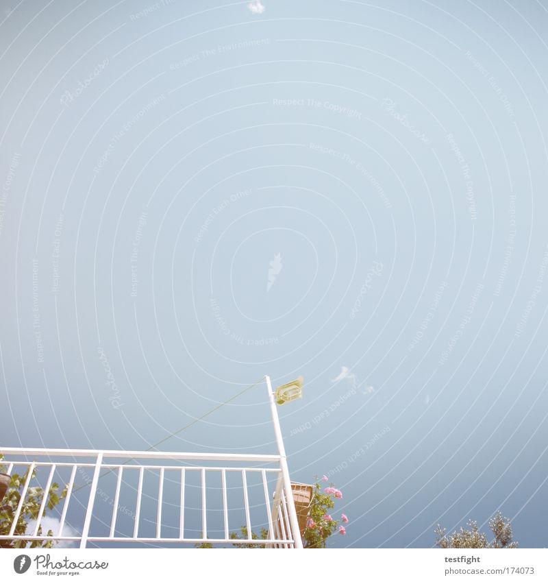 no silver no gold Farbfoto Außenaufnahme Textfreiraum oben Tag Froschperspektive Ferien & Urlaub & Reisen Sommer Dorf Balkon Terrasse träumen Wärme blau