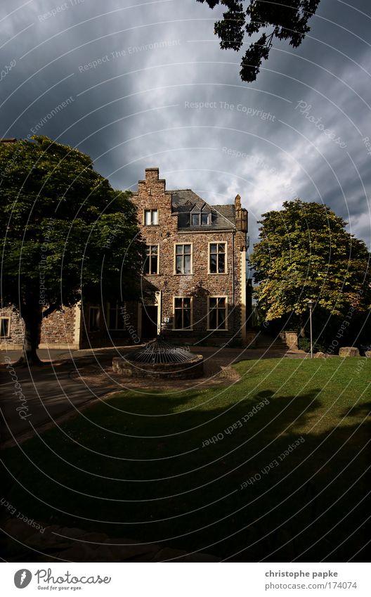 schöner wohnen alt Haus Wiese Wand Architektur Garten Gebäude Mauer Park Fassade Häusliches Leben Bauwerk historisch