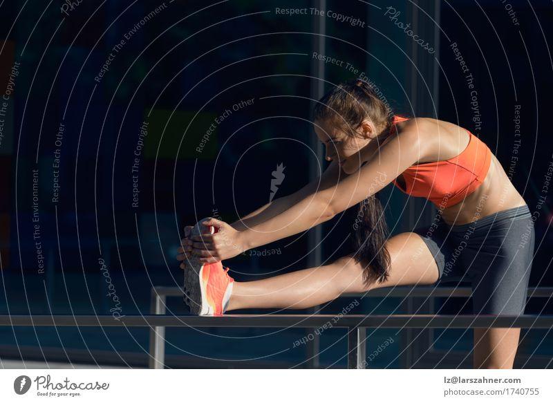 Geeignete junge Frau, die Übungen ausdehnend tut Lifestyle Glück Sommer Sport Erwachsene 1 Mensch 18-30 Jahre Jugendliche brünett Fitness Lächeln dünn Aktion
