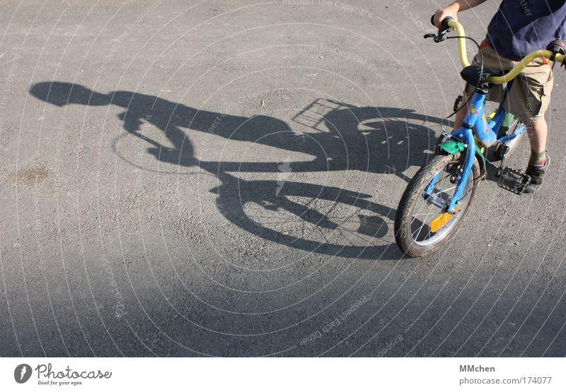mobil Kind Sommer Freude Straße Spielen Freiheit Wege & Pfade Fahrrad Freizeit & Hobby warten sitzen stehen Sicherheit fahren Schutz Verkehrswege