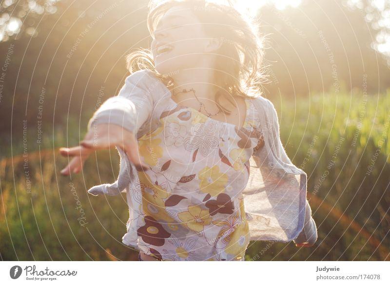 Kraftvoll Mensch Kind Natur Jugendliche Mädchen Sommer Umwelt Leben feminin Gefühle Bewegung Kindheit Kraft Freizeit & Hobby wild laufen