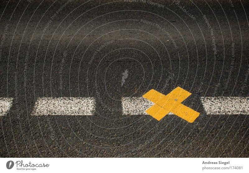 Frisches Kreuz weiß schwarz gelb Straße grau Wege & Pfade Linie Schilder & Markierungen Ordnung Verkehr planen neu Asphalt Zeichen Kreuz Verkehrswege