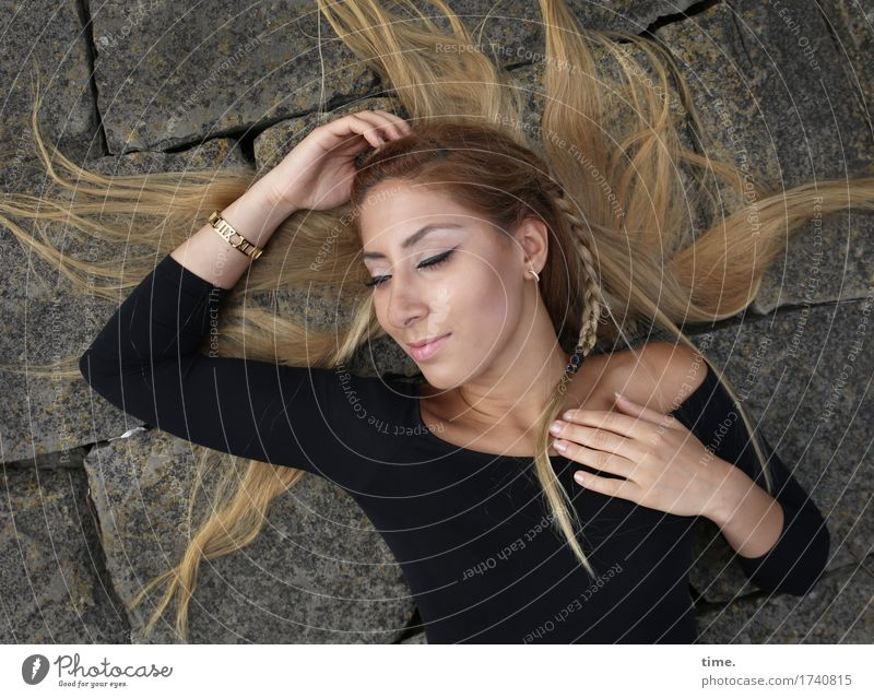 . feminin 1 Mensch T-Shirt Schmuck Ohrringe Haare & Frisuren blond langhaarig Zopf Stein Erholung genießen Lächeln liegen träumen Fröhlichkeit schön Glück